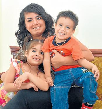 Daniela es mamá a tiempo completo de Dana (4) y Daniel (2).