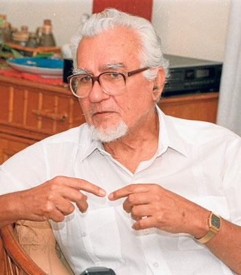 El escritor Miguel Donoso en julio del 2002.