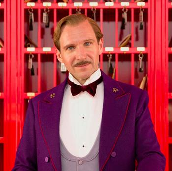Monsieur Gustave (Ralph Fiennes) en El Gran Hotel Budapest.