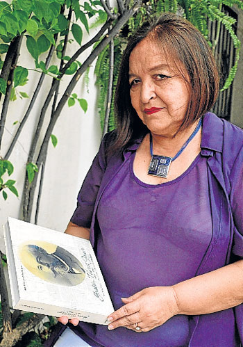 Antonieta Palacios y su libro.