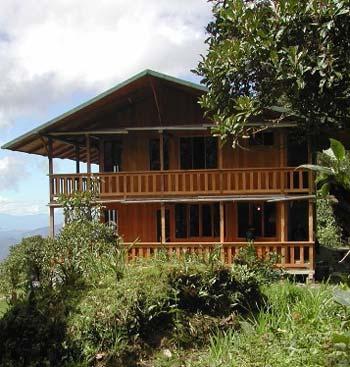 Este hotel luce amigable con el entorno natural de la reserva.