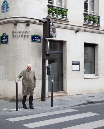 El restaurante está en el 84, Rue de Varenne de París.