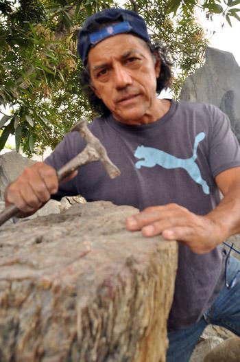El escultor recorre las canteras del país.
