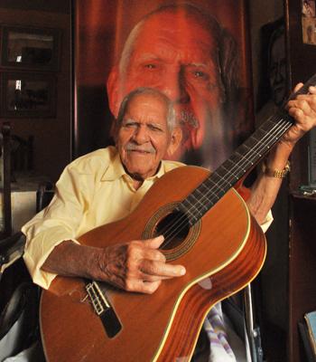 El artista Carlos Rubira Infante.