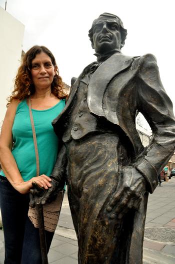 Diana Ponce junto a la escultura de Vicente Rocafuerte.
