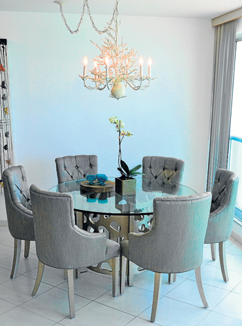 La lámpara sobre esta mesa es totalmente playera ya que se asemeja al coral blan