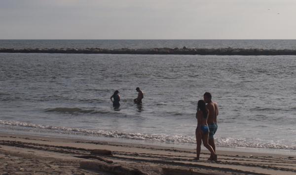 Las escolleras hoy evitan que el oleaje retire la arena de la playa.