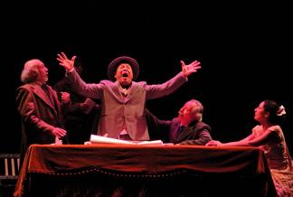 La república análoga (2010).  Morales (Guillermo Troncoso) lanza un grito silent