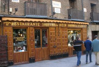 Casa Botín está ubicado en la calle Cuchilleros, 17, en pleno centro de Madrid.