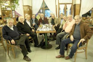 Algunos de los amigos de Facundo Cabral reunidos en La Biela. El lugar era visit