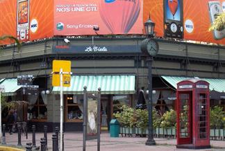 Café La Biela está ubicado en pleno barrio de Recoleta de la capital argentina.