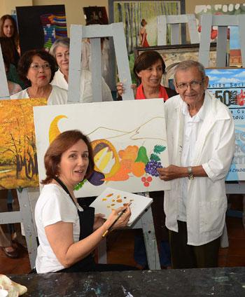 El profesor Abdón Calderón Morales junto con alumnas de pintura.