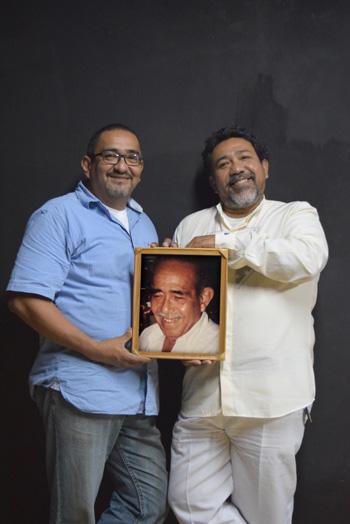 Andrés y Héctor Garzón con la imagen de su progenitor.