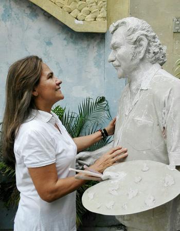 La artista Hellen Constante, con la escultura que realiza en memoria de su padre