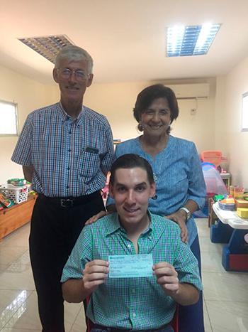 En la foto, Beni aparece junto con Bruno Goetghebuer, subdirector; y Noni Quiroz
