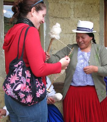 Los turistas ayudan a hilar en el centro Kushi Waira (Parcoloma).