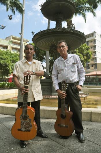 Dúo Vargas-Martillo, serenateros del Parque Centenario.