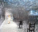 En silencio, de la artista japonesa Chiharu Shiota, quien usa hilos tejidos.