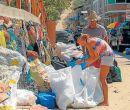 La pareja se encarga de pesar la basura. Aquí en Montañita.