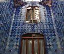 El patio de luces revestido de cerámica azul puede ser visto desde cualquier.