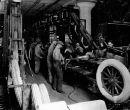 Trabajadores en una línea de ensamblaje en la Ford Motor Company en 1922.