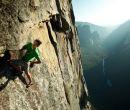 Alex Honnold escala sin cuerdas en Sentinel Rock (Yosemite). Utiliza magnesio en