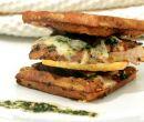 Sándwich de Pollo y Queso Crocante con Salsa Pesto