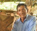 Bonifacio Crespín en su taller donde trabaja con muyuyo y bejuco.