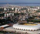 El estadio Vivaldo Lima, o Arena da Amazônia, se rodea de la riqueza industrial.