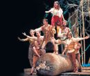 En Quito, el Teatro Sucre acogió al circo de fibras naturales.