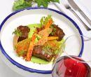 Estofado de costilla de res, puré de arvejas y hierbabuena con zanahorias.