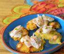 Patacones de yuca con encebollado de camaron curtido, salsa alioli de comino.