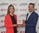 En la foto: Ma. Augusta Redrobán, marketing KFC Quito; y Ronal Espinoza.