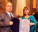 La concejala Luzmila Nicolalde le entregó un diploma en nombre del alcalde.