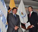 César Rohón (i), asambleísta, hizo la entrega del acuerdo legislativo y medalla