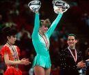 En 1991. Tonya Harding (centro) y Nancy Kerrigan (d), durante la premiación.