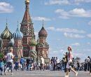 Turistas recorren en Moscú, Rusia, los aledaños de la Catedral de San Basilio.