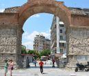 El Arco de Galerio pertenece al grupo de edificios en el sureste del centro hist