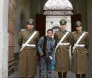 Henry Bustamante posa con guardias al ingreso del Palacio de la Moneda.