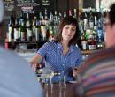 Sarah Weinstein, graduada de Boston University, administra un bar.