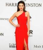Brilla en rojo con un traje de Romona Keveza.