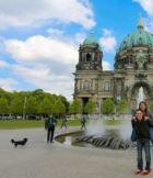 Jazmín y Steven frente a la catedral de Berlín (Alemania).