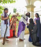 Sebastián Checa (c) será Jesús en el Vía Crucis viviente.
