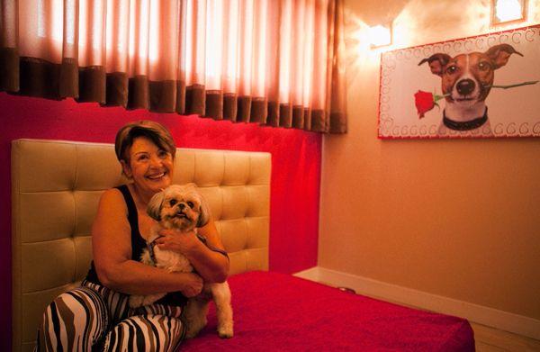 Una de las entusiastas del motel: Teresa Cristina Carvalho y su mascota Mel.