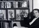 Albert Paulsen en su apartamento de la ciudad de Nueva York junto al premio.