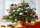 Llene un árbol pequeño de rojo, cobre, azul y verde.