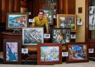 Artista, profesor y deportista. Beni junto a varias de sus obras.