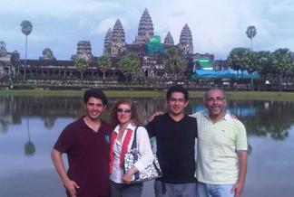 Los templos de Camboya  sorprendieron a Ricardo Rivadeneira (d), su esposa e hij