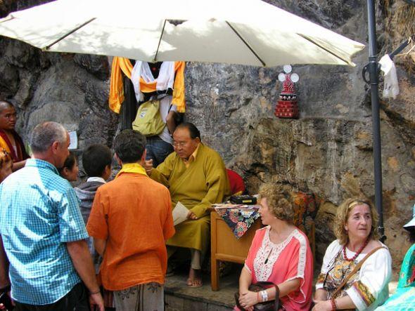 Sogyal Rimpoché mientras imparte bendiciones en una cueva en Pharping, al sur de