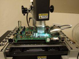 El reballing es la acción de resoldar piezas en dispositivos electrónicos.